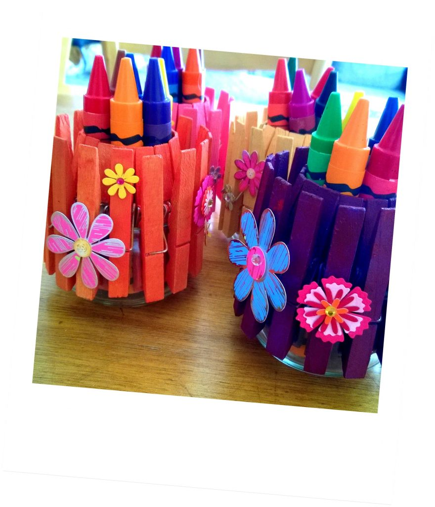 Atelier bricolage enfant pot à crayon peinture pince à linge